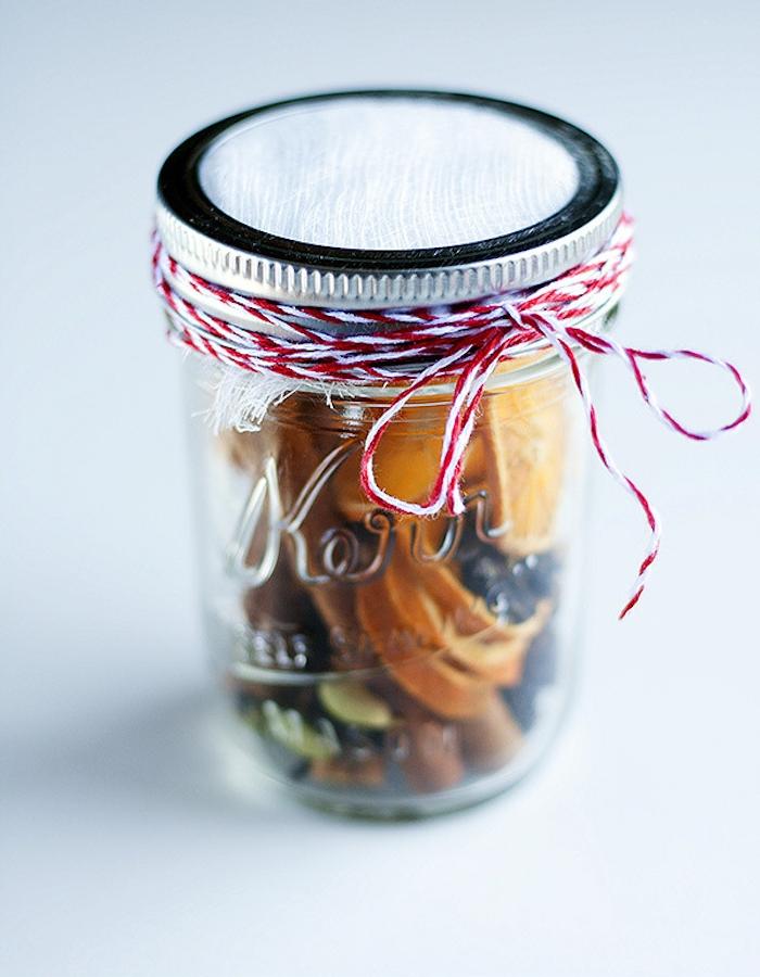 l arome de noel dans un bocal, idée de pot en verre rempli de toute sorte d ingrédients et produits, rondelles d orange, cannelle, vanille, cardamon