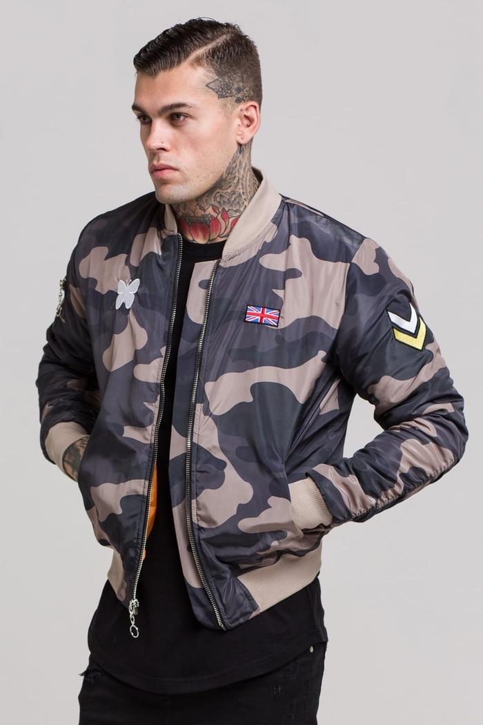 une veste militaire homme de style bomber combinées avec des pièces noir pour un look militaire maîtrisé