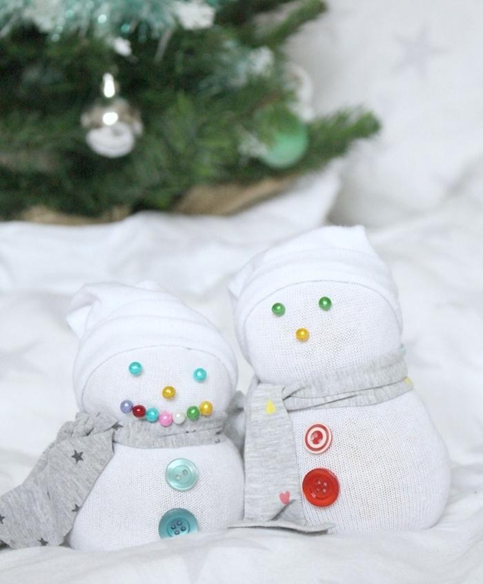 comment faire un bonhomme de neige, petites figurines blanches ornées de perles et boutons en différentes couleurs