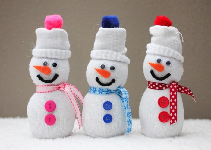 activite manuelle, figurine diy à réaliser avec ruban et boutons, doudou olaf au nez orange et bonnet blanc