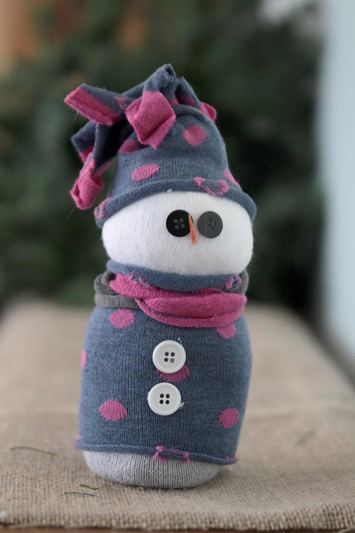 activite manuelle, modèle de figurine blanche fait à la main habillée en gilet gris et bonnet gris rose