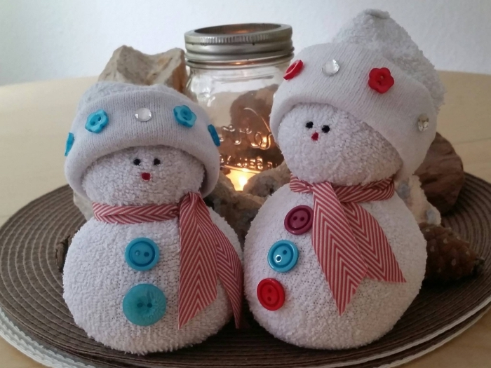 activité manuelle bonhomme de neige, déco avec bocal en verre lumineux et figurines blanches diy