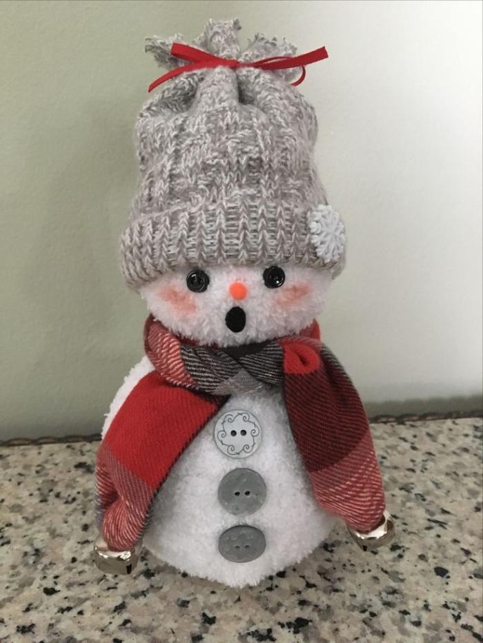 comment faire un bonhomme, petite figurine en chaussette blanche décorée avec bonnet gris et écharpe rouge