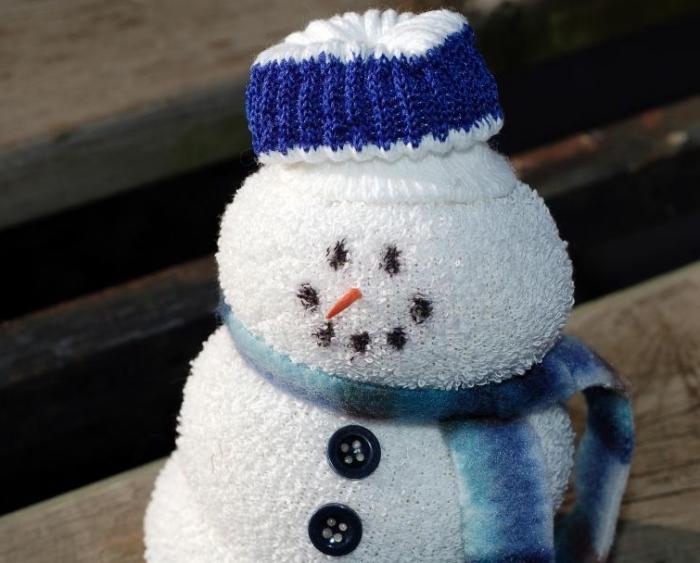 décoration de noel à fabriquer pour adultes, petite figurine blanche avec écharpe bleu et nez orange