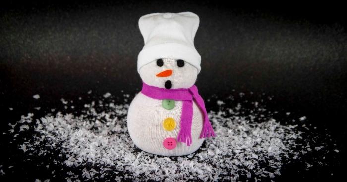 comment faire un bonhomme de neige, déco de Noel en fond noir avec neige artificielle et petite figurine diy
