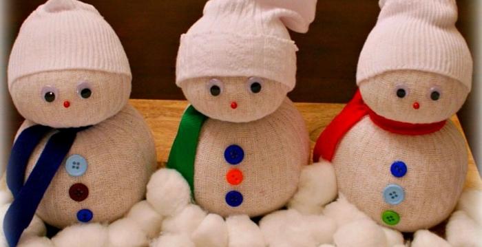 doudou diy fabriqué à la main avec chaussette et coton, bonhomme de neige blanc avec écharpe et bonnet