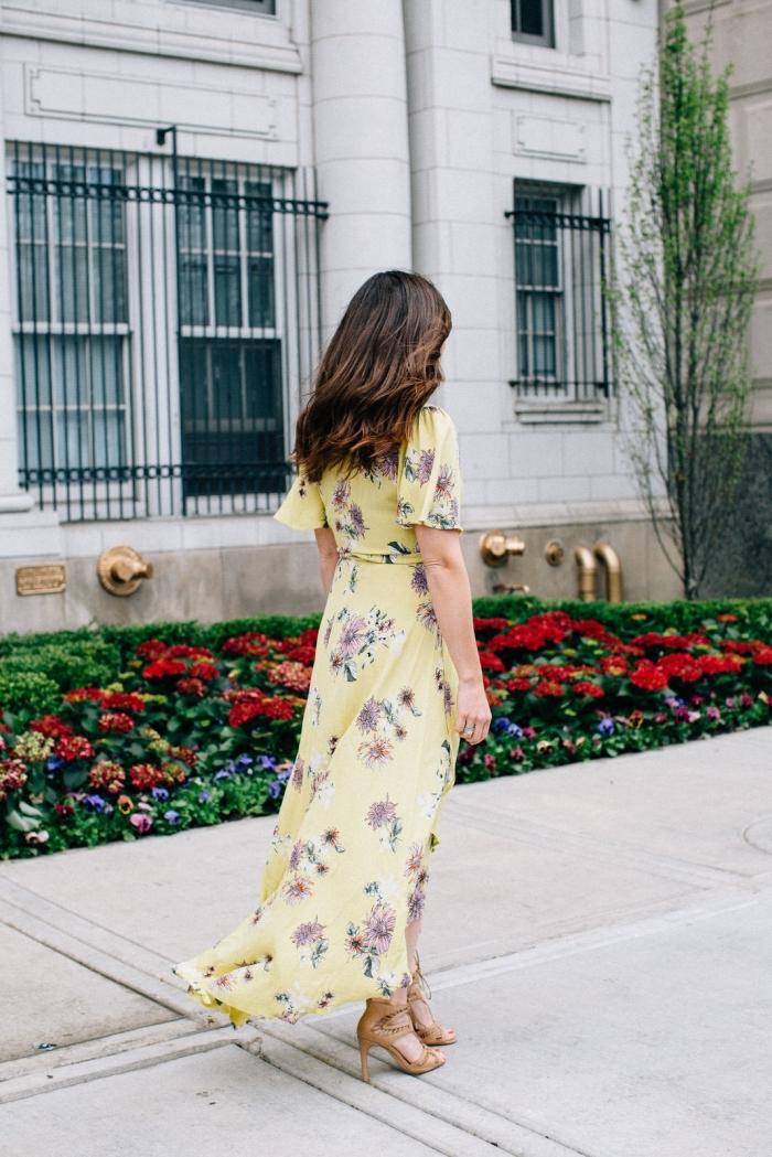 robe mariage invitée, cheveux longs bruns légèrement bouclés, modèle de robe jaune à motifs floraux