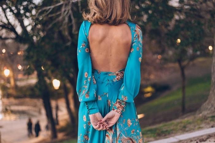 combinaison soirée cocktail, coupe de cheveux mi-longs de couleur châtain foncé, combinaison bleue à motifs floraux marron