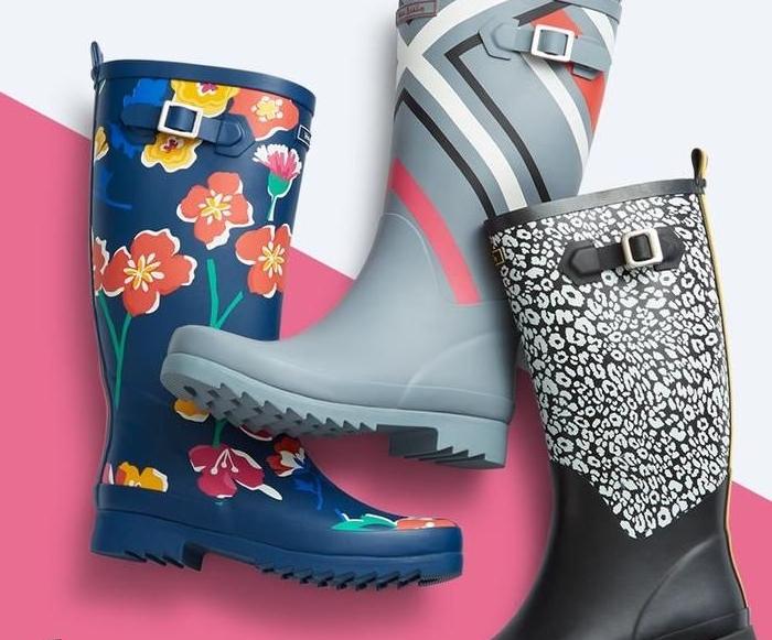 bottes étanches imperméables en gris, noir et blanc et bleu à motifs floraux, cadeau de noel pour ado de 12 ans fille