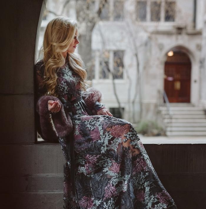 coiffure simple cheveux long pour noel, hiver, boucles romantiques, robe fleurie, look princesse