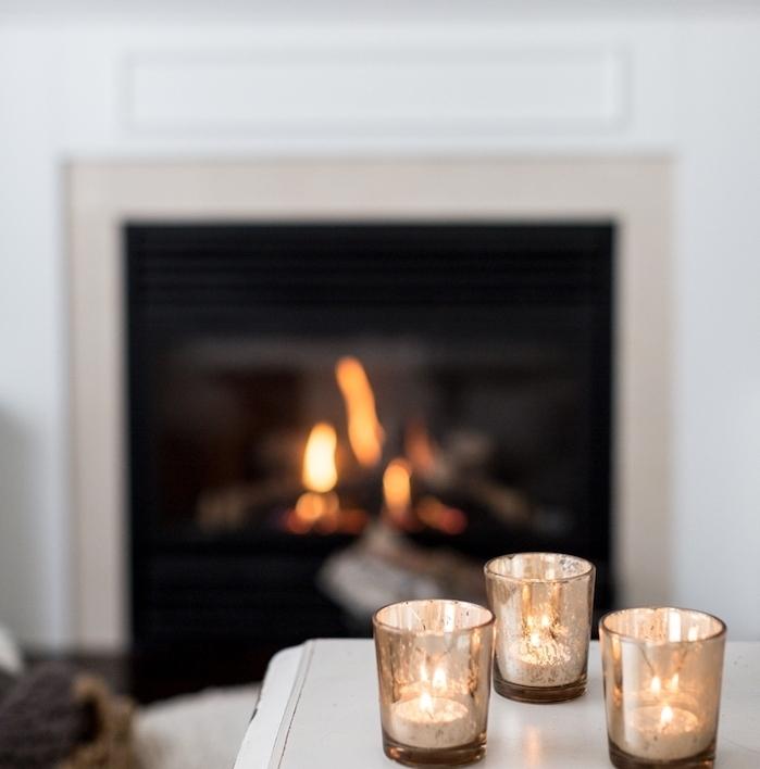 bougies romantiques et cheminée sur le fond, les indispensables de la deco d hiver, style cosy cocooning