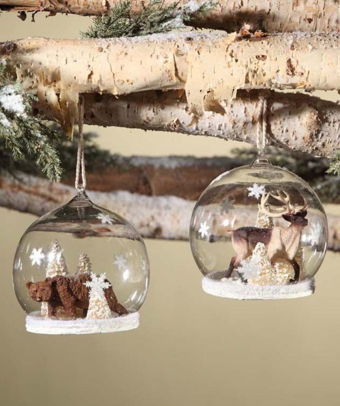 diy deco noel à faire soi-même, des globes en verre avec figurines animaliers pour une décoration de sapin naturelle et originale