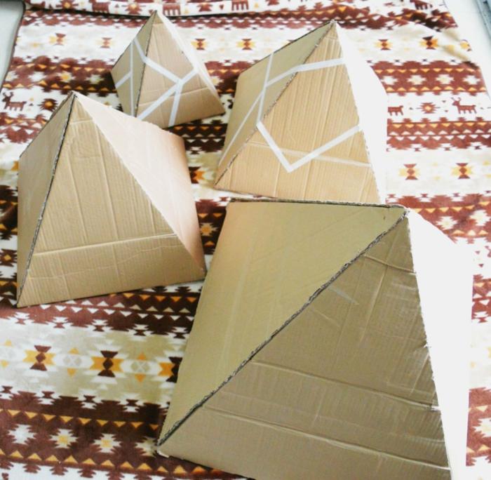 sapin diy en figures géométriques à réaliser avec du scotchn pyramides de taille croissante