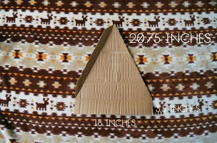 bricolage arbre de noel, former une pyramide à partir de plusieurs triangles en carton