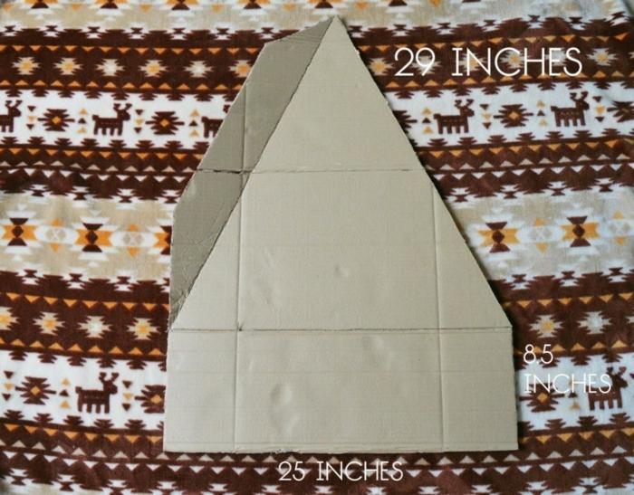 bricolage arbre de noel, triangle en carton avec deux pièces à plier