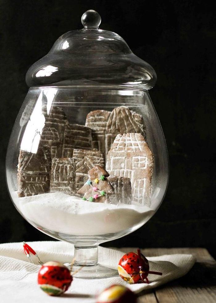 déco noel à faire soi même avec une bonbonnière transformée en boule à neige remplie de biscuits maisons et sucre en poudre