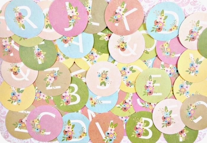 activité créative, embellissements scrapbooking en forme de cercles en papier avec décoration en lettres et fleurs