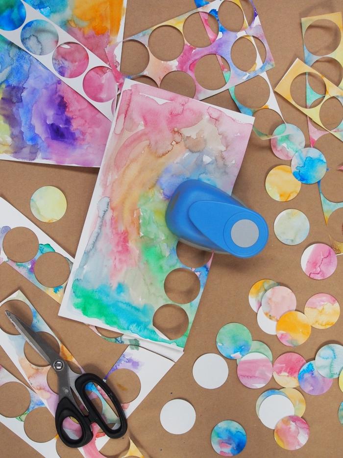 guirlande magic, projet diy avec peintures aquarelles et cutter circulaire, fabriquer une déco à design aquarelle