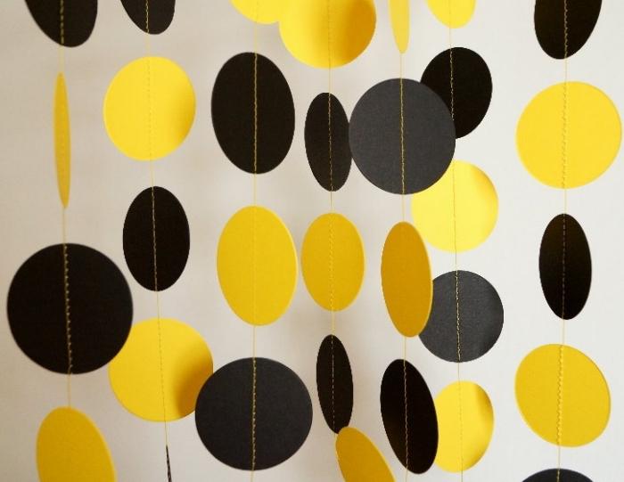 activité manuelle pour ado, décoration de noel à faire soi même en papier, décoration en cercles de papier noir et jaune