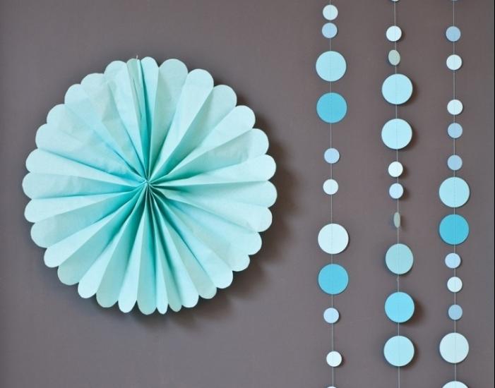 décoration de noel à faire soi même, guirlande de cercles en papier bleu, décoration murale diy en papier bleu