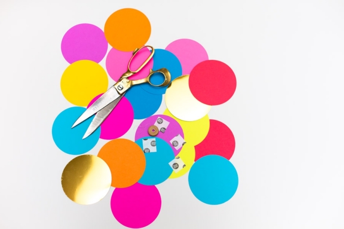 loisir creatif, faire une guirlande multicolore avec cercles en papier, comment couper des cercles identiques avec ciseaux