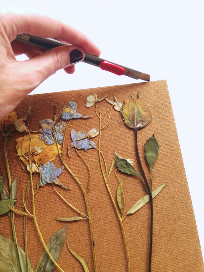 les étapes de réalisation d'un cadre deco à inspiration herbier avec un joli arrangement de fleurs pressées
