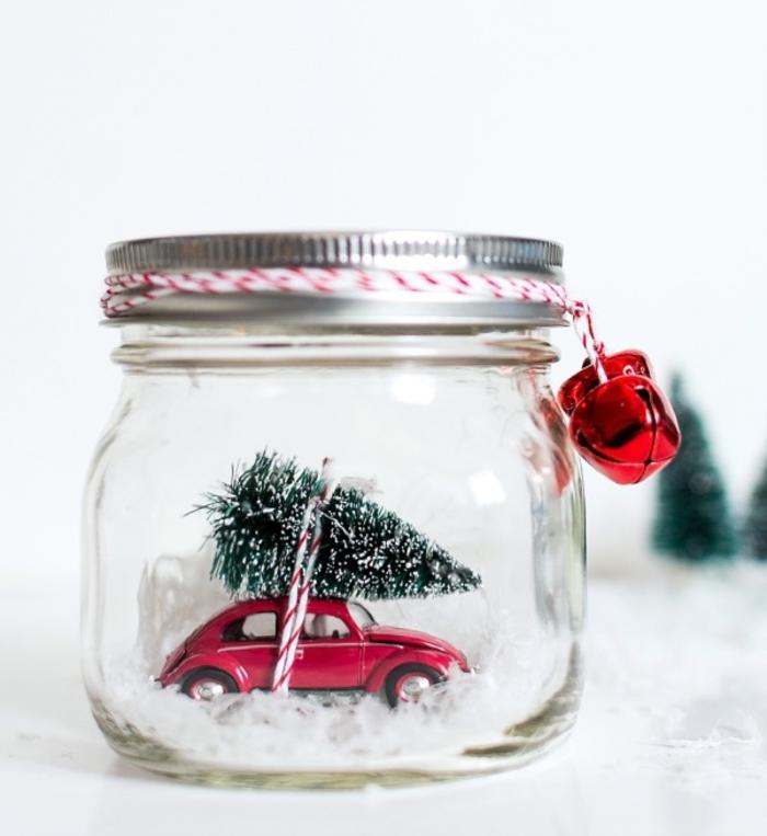 diy deco noel pour recycler ses pots en verre en jolis globes de neige décoré de figurines de noël
