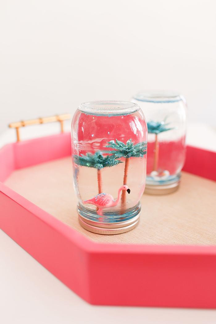 déco noel à faire soi même avec des bocaux en verre récupérés, de l'eau et de la glycérine, boules à neige d'été diy à motif tropical