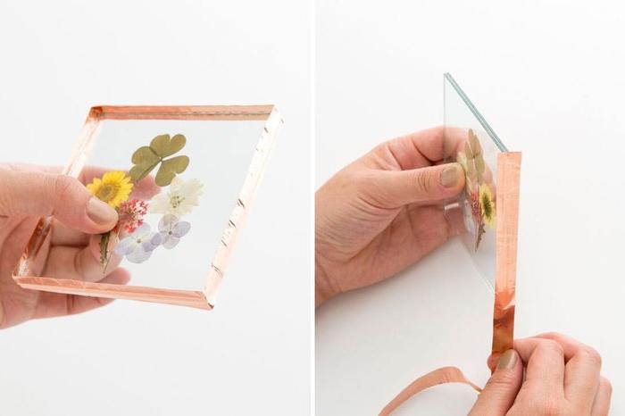 une composition florale de mini-fleurs et feuilles pressées encadrées à offrir comme un cadeau personnalisé original