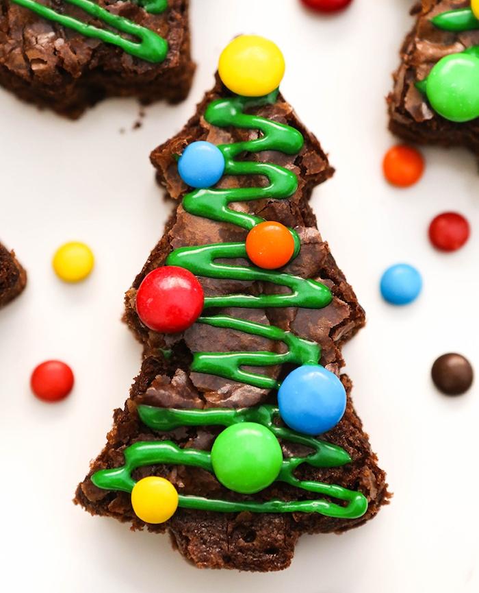 brownie en forme de sapin de noel avec decoration de sucre vert et bonbons mm colorés, petits gateaux de noel faciles