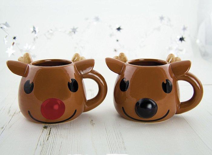 exemple de cadeau de noel pour ado, tasse à café, mug motif rudolphe le renne au nez noir et rouge