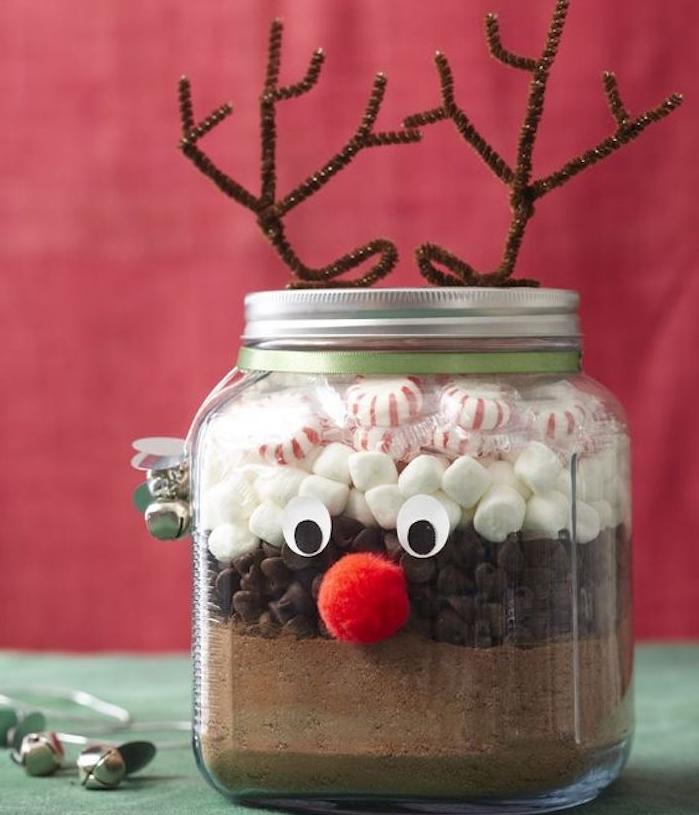 idee cadeau noel pour ado, mélange chocolat chaud, cacao, pépites de chocolat, guimauves et bonbons à la menthe poivrée, pot en verre avec bois