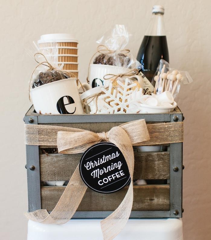 cadeaux de noel pour femme, une cagette en bois et metal avec des gobelets, café, guimauves et flacon de neige blanc