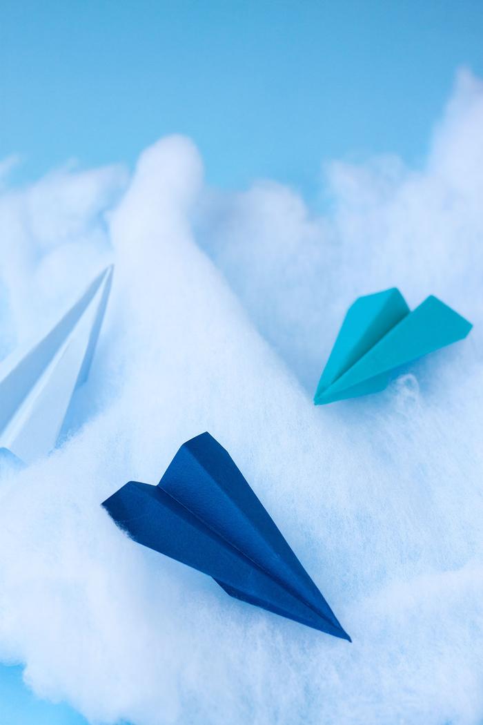 idée originale pour réaliser de jolis cake toppers origami en avions en papier coloré