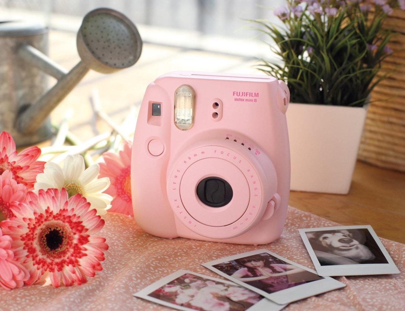 cadeau de noel pour femme hi tech, un appareil photo polaroid couleur rose pour prendre des photos instantanées