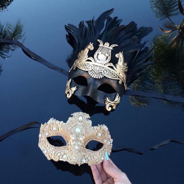 masque bal masqué, masque doré en dentelle florale et perles blanches, masque noir avec embellissement doré et plumes noires