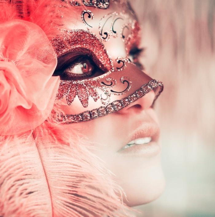 déguisement de carnaval pour femme, masque argenté au glitter rouge et motifs volutes en noir et argent