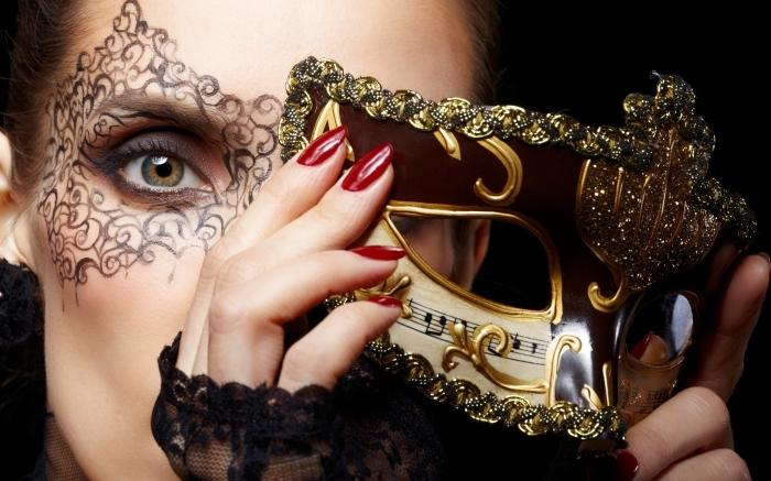masque bal masqué femme, maquillage des yeux verts avec mascara noir et fards à paupières foncées marron