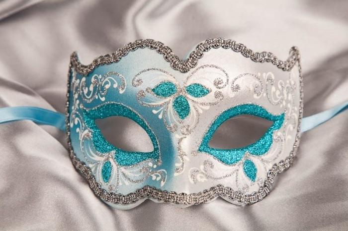 masque bal masqué, modèle de déguisement pour le visage féminin en couleurs turquoise et argent