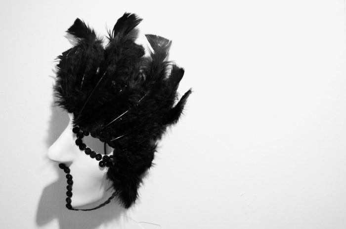 masque deguisement en plumes et paillettes noires, idée pour choisir son déguisement de carnaval en blanc et noir