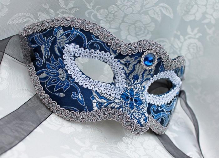 masque carnaval maternelle, déguisement pour visage féminin en argent et bleu aux motifs floraux