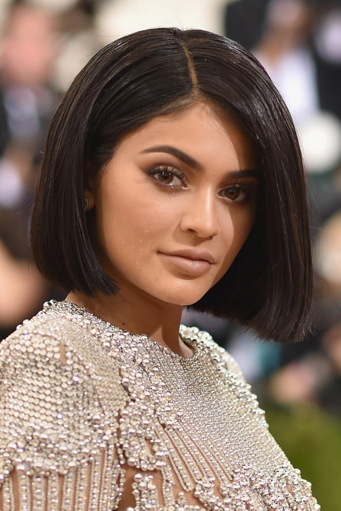 carré sur des cheveux lisses, coiffure courte ou mi-longue, couleur de cheveux foncée