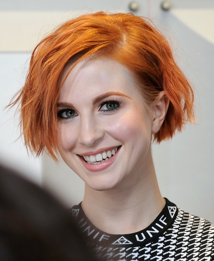 carré cheveux roux, maquillage naturel yeux bleus, couleur cheveux carotte