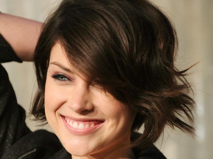 coiffure courte originale, yeux bleus, frange sur le côté, coiffure style asymétrique