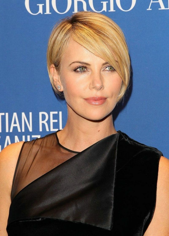 carré très court, les célébrités sur le tapis rouge, femme aux cheveux blonds et aux yeux bleus