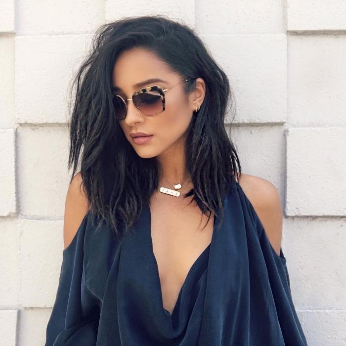 coiffure célébrité de Shay Mitchell, coupe de cheveux noirs et mi longs, coiffure d'actrice Pretty little liars