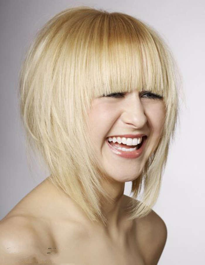 coiffure au carré avec frange et volume en bol plongeant blond platine