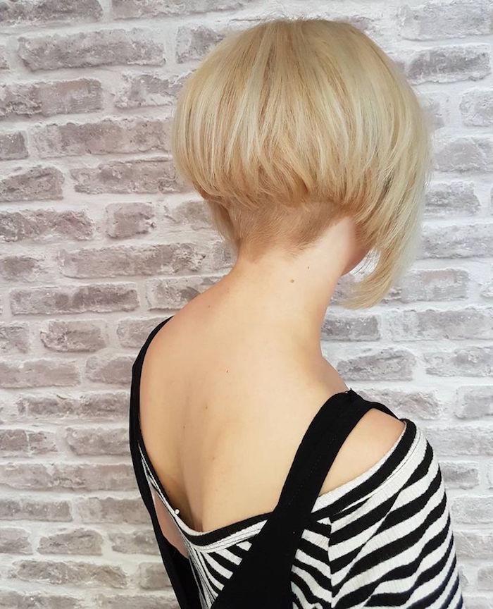 carré plongeant court nuque dégagée courte blond platine