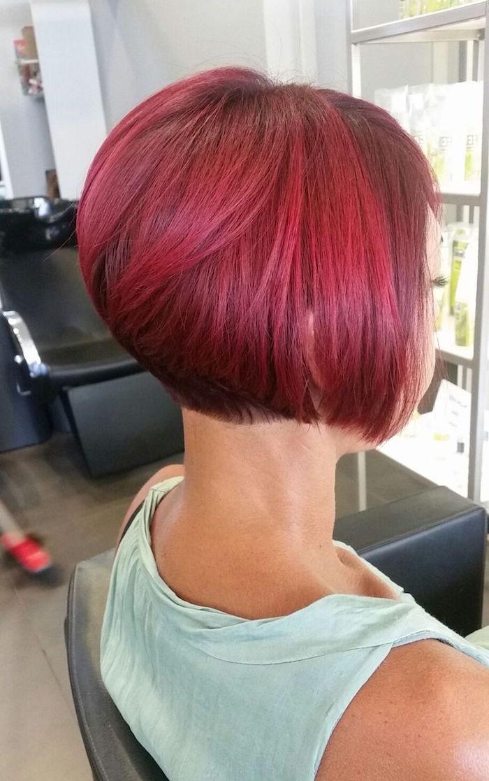 carré plongeant nuque rasee couleur cerise rouge tendance