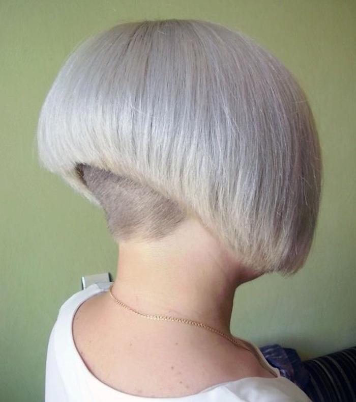 coiffure carré plongeant blond polaire court